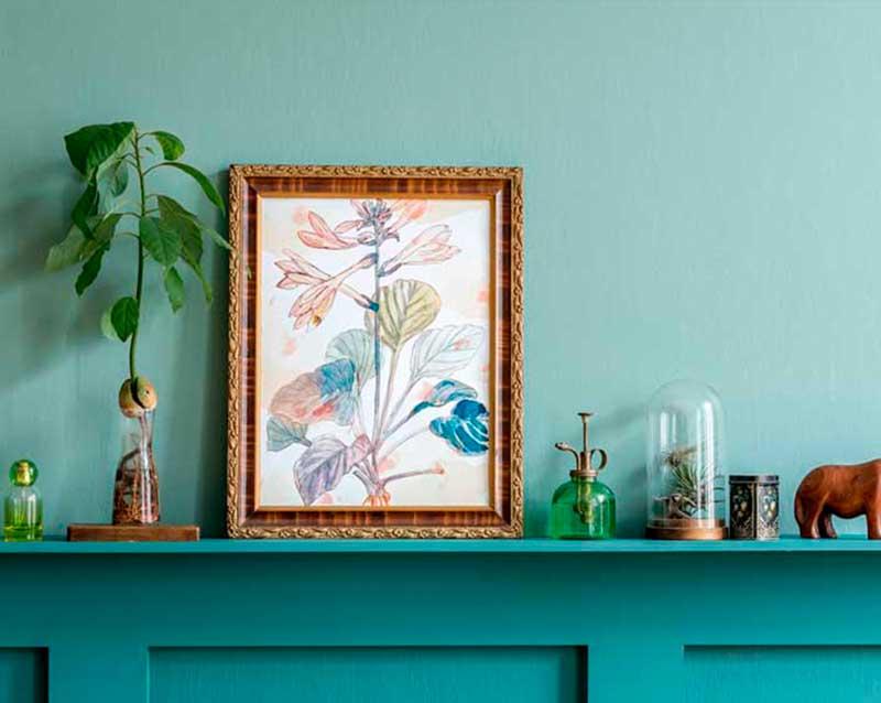 cuadro sobre pared azul turquesa